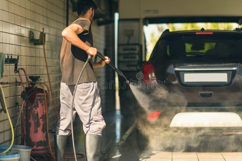 Wręcza samochodowego domycie z pianą i wywiera nacisk wodę przy stacją obsługi obraz royalty free