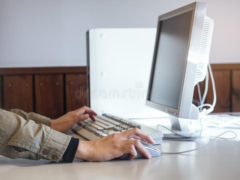 Wręcza stuknięcie myszy typ na Klawiaturowym Komputerowym desktop ekranie obrazy stock