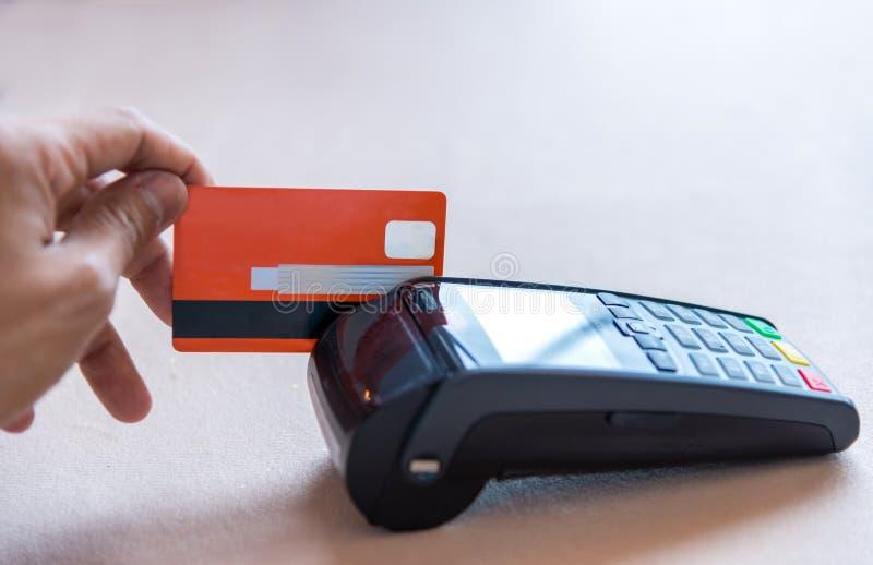 Wręcza Swiping Kredytową kartę na POS terminal w sklepie obraz stock