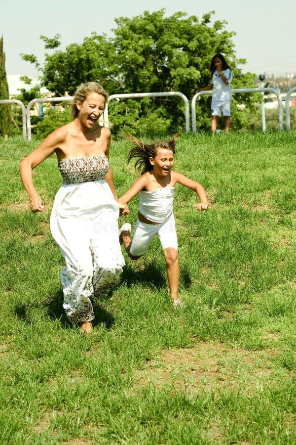 wręcza szczęśliwej matki obrazy royalty free