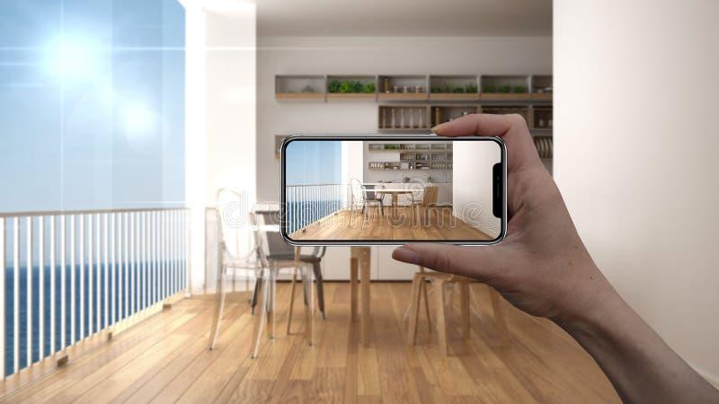 Wręcza trzymać mądrze telefon, symuluje projektów produkty w reala domu, AR zastosowanie, meblarskiego i wewnętrznego obraz stock