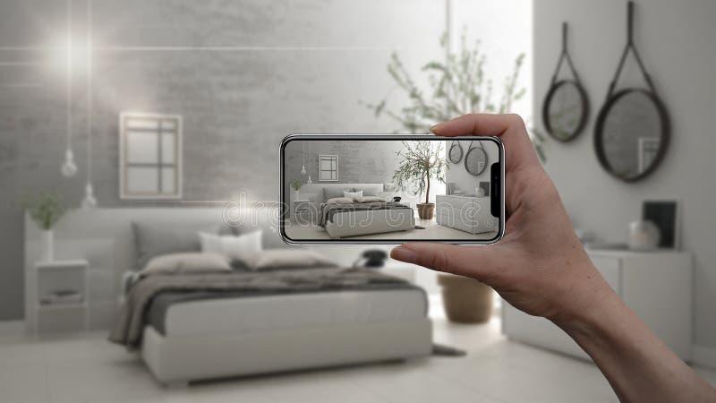 Wręcza trzymać mądrze telefon, symuluje projektów produkty w reala domu, AR zastosowanie, meblarskiego i wewnętrznego, architekta obrazy stock