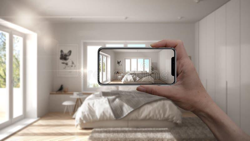 Wręcza trzymać mądrze telefon, symuluje projektów produkty w reala domu, AR zastosowanie, meblarskiego i wewnętrznego, architekta zdjęcia stock