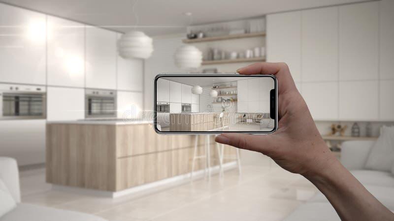 Wręcza trzymać mądrze telefon, symuluje projektów produkty w reala domu, AR zastosowanie, meblarskiego i wewnętrznego, architekta obraz stock