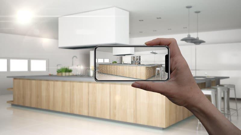 Wręcza trzymać mądrze telefon, symuluje projektów produkty w reala domu, AR zastosowanie, meblarskiego i wewnętrznego, architekta fotografia royalty free