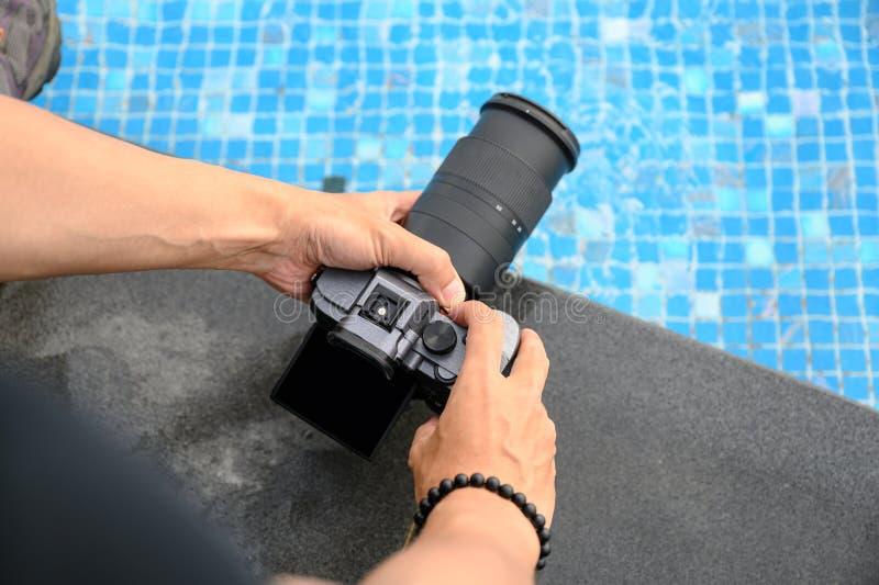 Wręcza trzymać mirrorless kamerę z zbliżać dla bierze fotografię fotografia royalty free