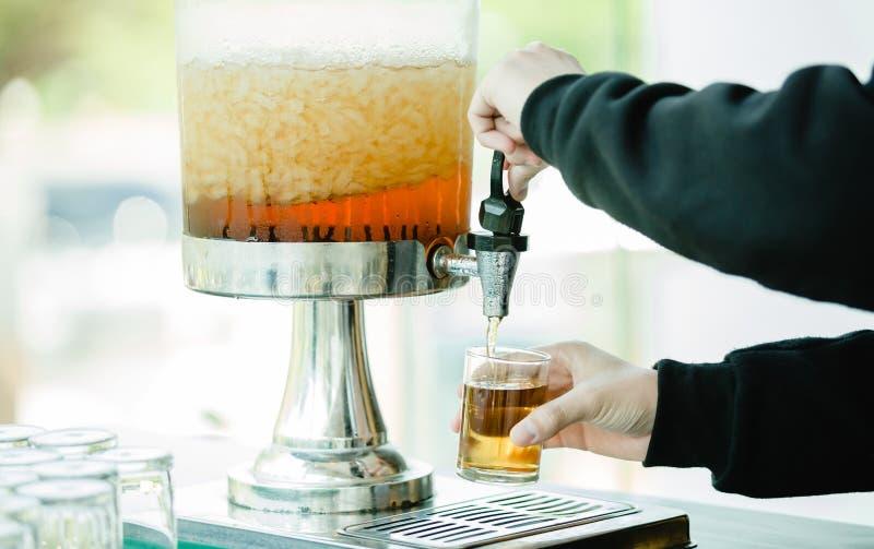 Wręcza trzymać szkło i otwierać faucet woda kranowa chłodno fotografia stock