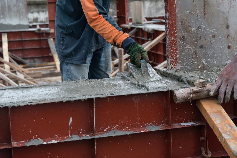 wręcza używać gładzi cementowego screed z kielnią obrazy stock