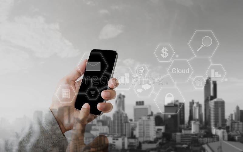Wręcza używać mobilnego mądrze telefon, sieć związku technologii podaniowa ikona obrazy stock