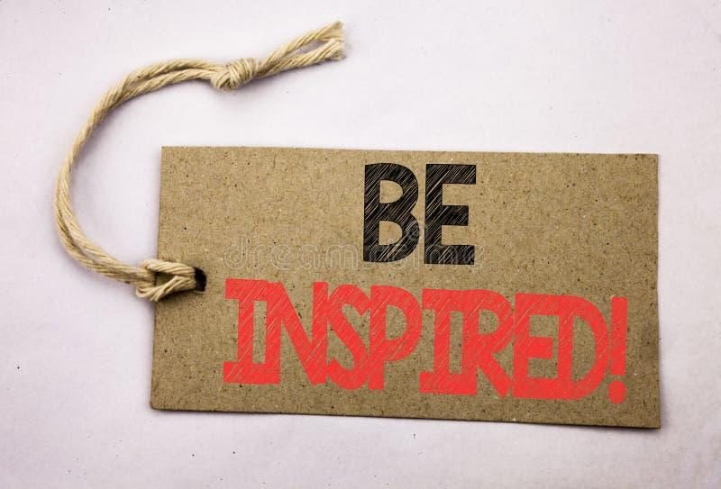 Wręcza writing teksta podpisu inspiraci pokazywać Inspirował Biznesowy pojęcie dla inspiraci, motywacja pisać na metka papierze zdjęcia royalty free