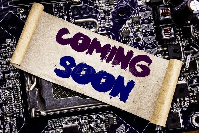 Wręcza writing teksta podpisu inspirację pokazuje Przychodzić Wkrótce Biznesowy pojęcie dla wiadomości przyszłości Pisać na kleis zdjęcie stock