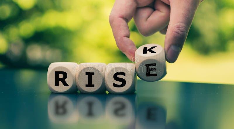 Wręcza zwrotom sześcian i zmiany słowo «ryzyko ««wzrost « obrazy royalty free