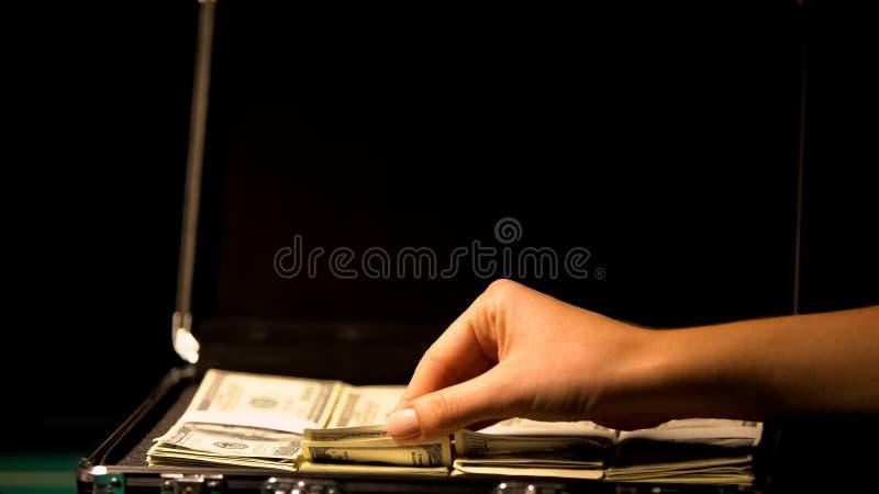 Wr?cza sprawdza? pieni?dze w walizce, korupcji poj?cie, przykrywka bezprawny biznes obrazy royalty free