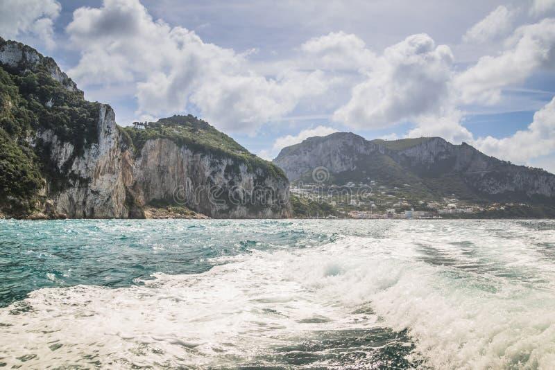 Wrażenia łódkowata wycieczka wokoło wyspy Capri w wiośnie, Włochy obrazy stock