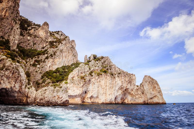Wrażenia łódkowata wycieczka wokoło wyspy Capri w wiośnie, Włochy fotografia stock