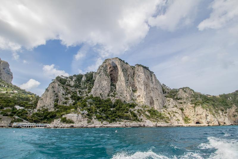 Wrażenia łódkowata wycieczka wokoło wyspy Capri w wiośnie, Włochy obraz royalty free