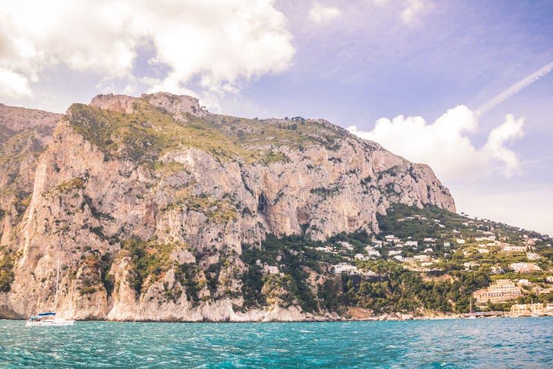 Wrażenia łódkowata wycieczka wokoło wyspy Capri w wiośnie, Włochy zdjęcia stock