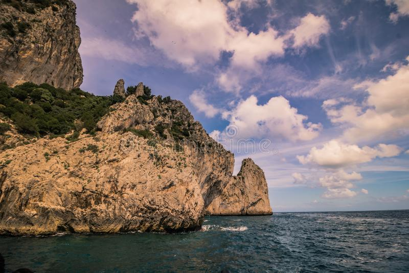 Wrażenia łódkowata wycieczka wokoło wyspy Capri w wiośnie, Włochy obraz stock
