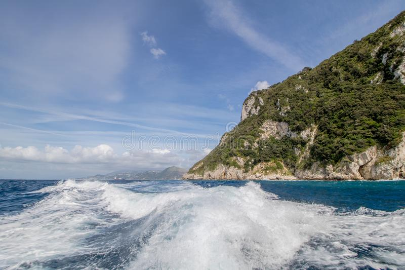 Wrażenia łódkowata wycieczka wokoło wyspy Capri w wiośnie, Włochy zdjęcie stock