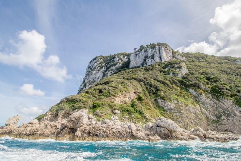 Wrażenia łódkowata wycieczka wokoło wyspy Capri w wiośnie, Włochy zdjęcie royalty free