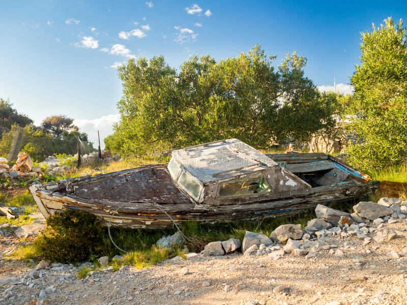 Wrack velho do barco do fisher em uma ilha croata fotografia de stock