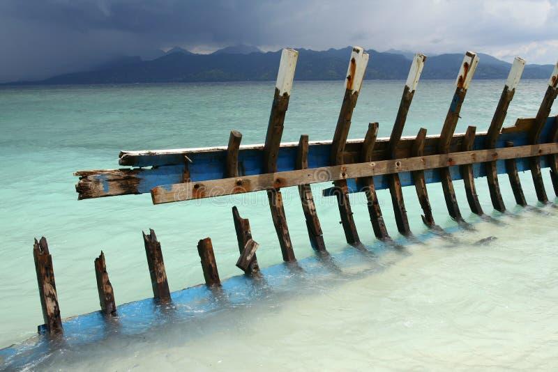 Wrak łódź na plaży zdjęcie stock