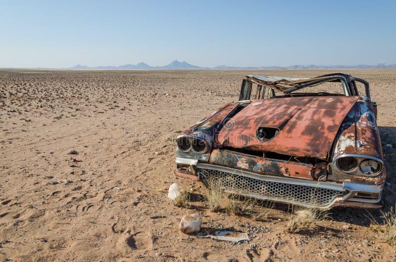 Wrak klasyczny baru samochód porzucał głęboko w Namib pustyni Angola obraz royalty free