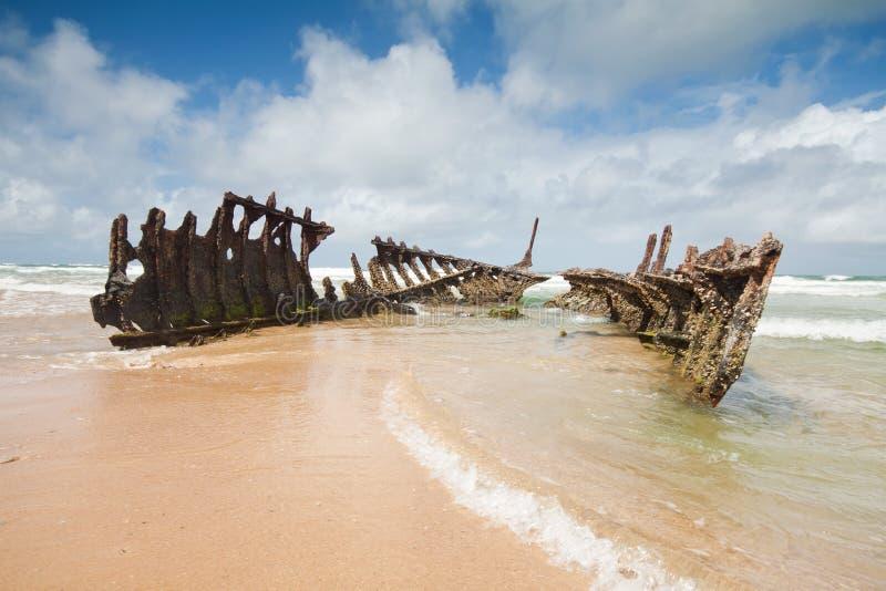 Wrak op Australisch strand tijdens de dag stock afbeeldingen