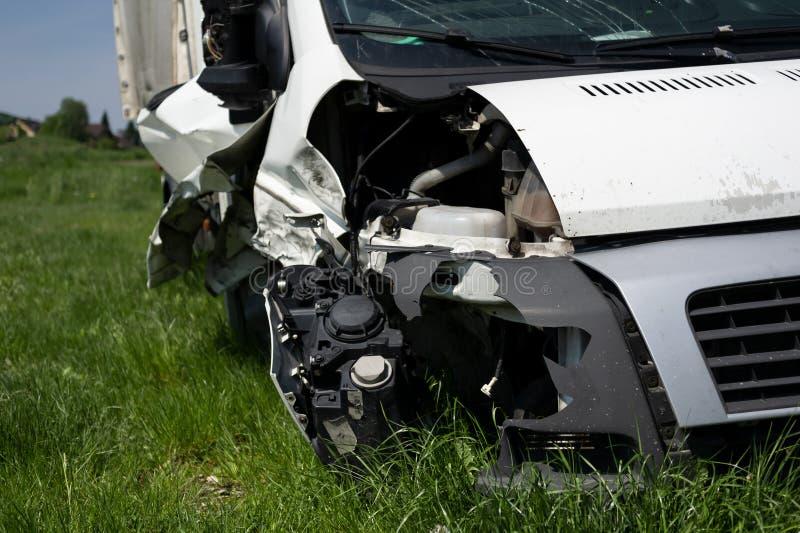 Wrak van voertuig na autoneerstorting en ongeval royalty-vrije stock foto's