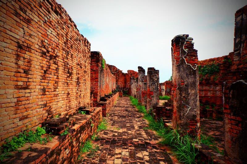 Wrakken van oude muren en baksteenvloeren royalty-vrije stock afbeeldingen