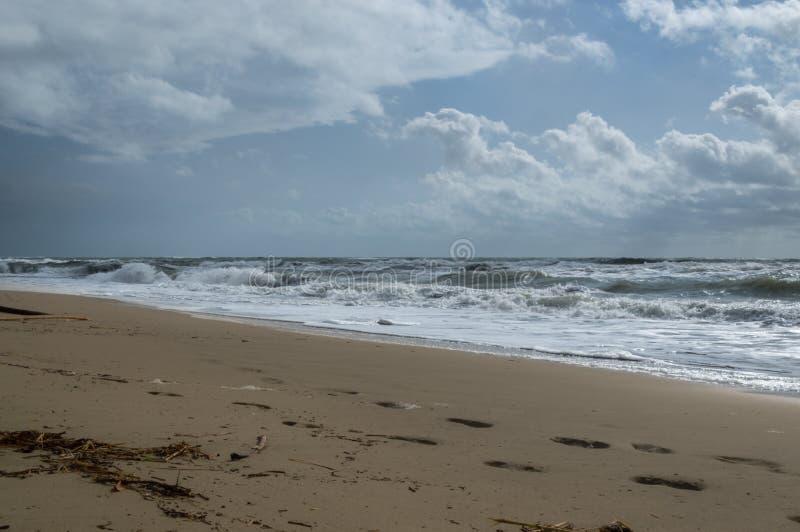 Wrakstukken bij het strand op een stormachtige dag stock afbeelding