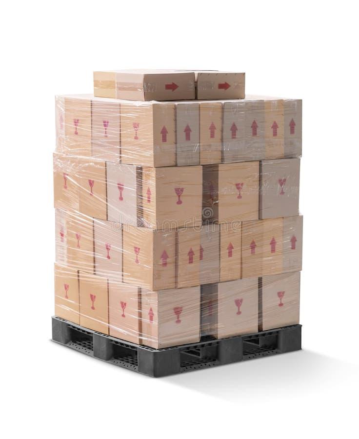 Wraping ondulé et pile de carton de carton sur la palette en plastique photographie stock libre de droits