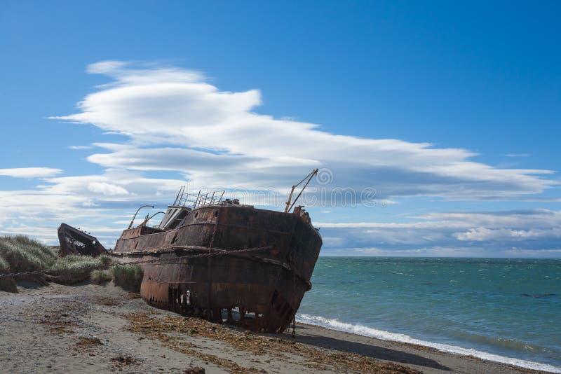 Wreckages na praia de San Gregorio, local hist?rico do Chile imagens de stock