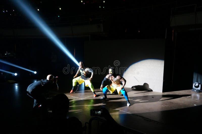 Wrestles Jey WWE и Uso Джимми входят арену стоковое изображение