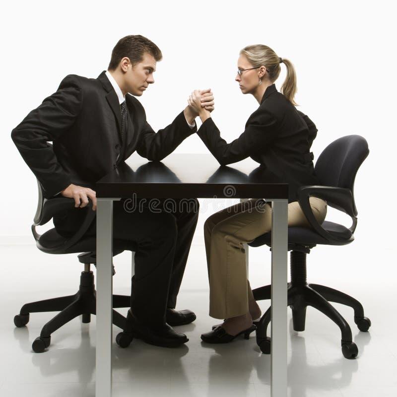 Wrestling de braço do homem e da mulher imagens de stock