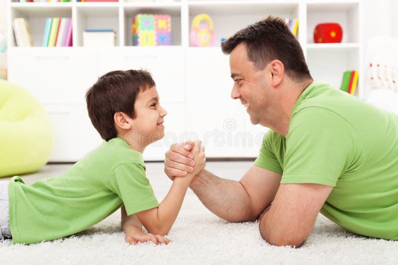 Wrestling de braço do pai e do filho imagem de stock royalty free