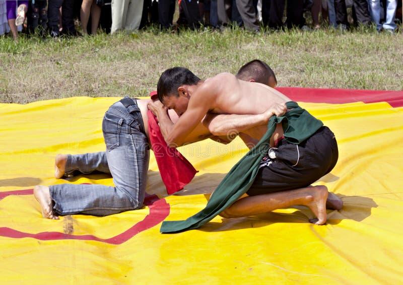 Wrestling nacional Tatar em correias em Sabantuy imagens de stock royalty free