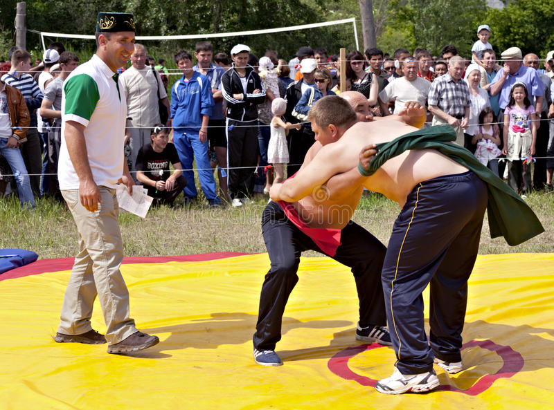 Wrestling nacional Tatar em correias em Sabantuy foto de stock
