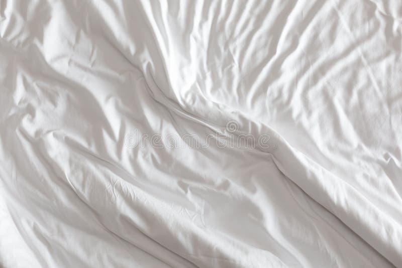 Wrinkeld witte deken als achtergrond stock foto's