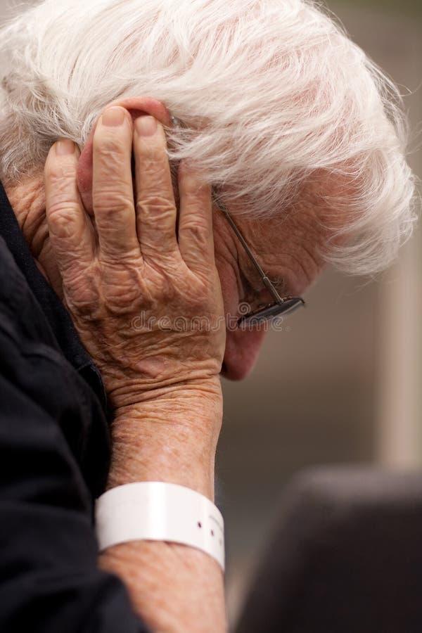 Wristband desgastando idoso do paciente hospitalizado imagem de stock