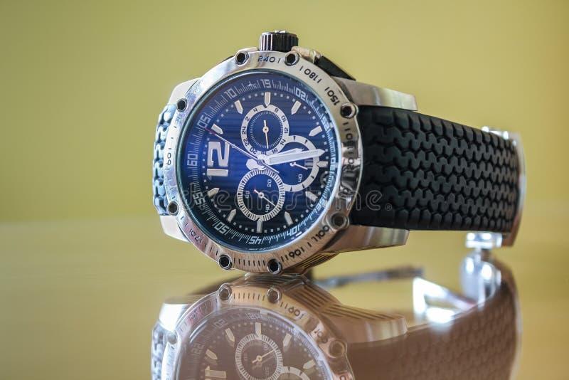 Wristwatch με την αντανάκλαση στο στιλπνό πίνακα στοκ εικόνες