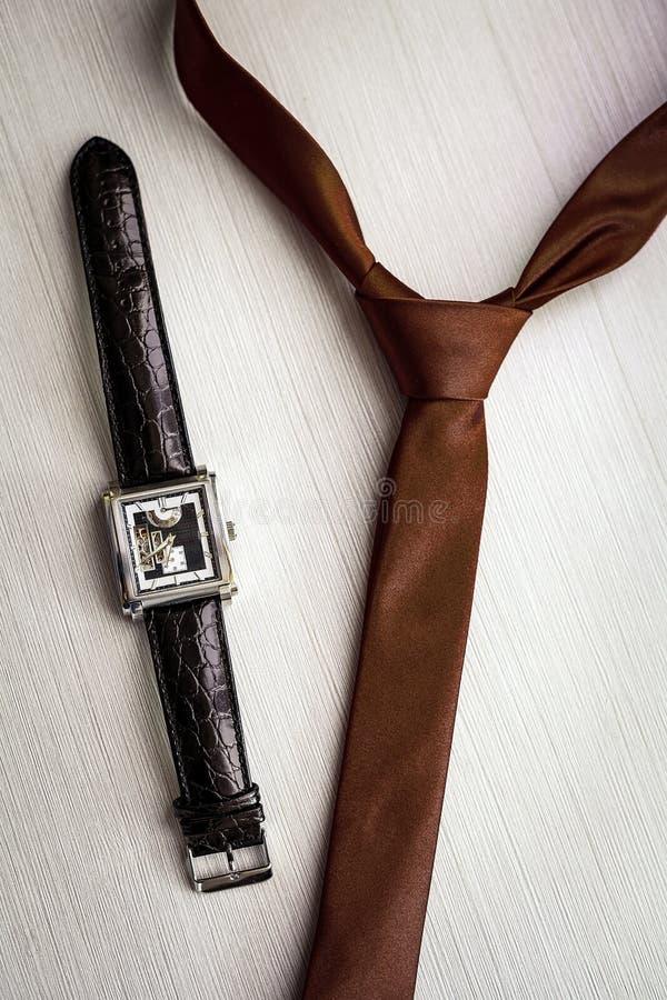 Wristwatches i brązu krawat fornal fotografia royalty free