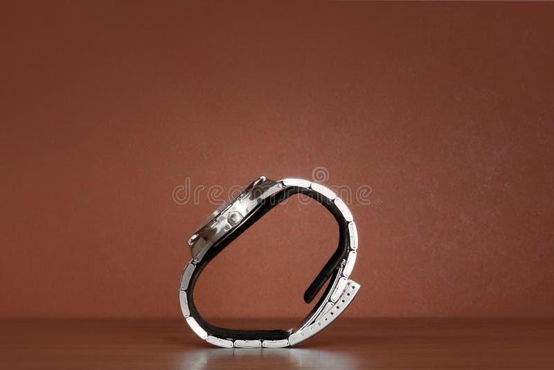 Wristwatches na stojaku na drewnianym tle fotografia stock