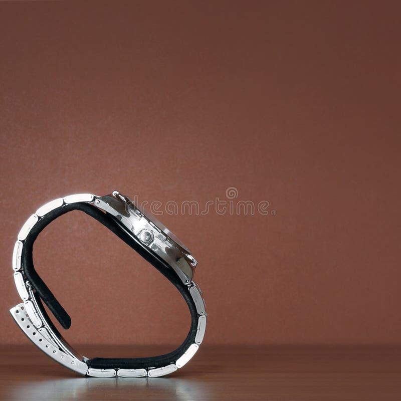 Wristwatches na stojaku na drewnianym tle zdjęcie stock