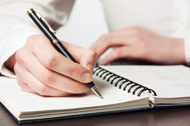 writing för affärsanteckningsbokkvinna royaltyfri bild