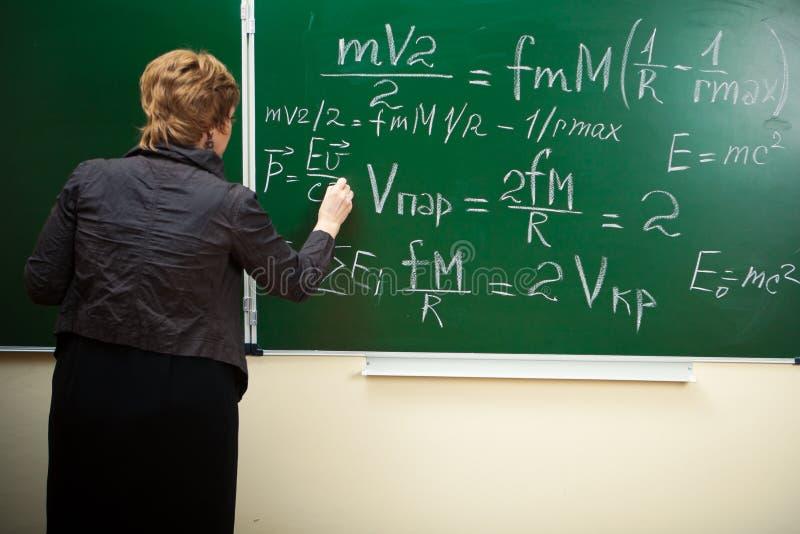 writing för lärare för blackboardformelmath arkivfoto