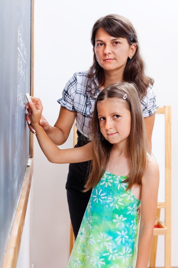 writing för lärare för tavlaflickahjälp s royaltyfri bild