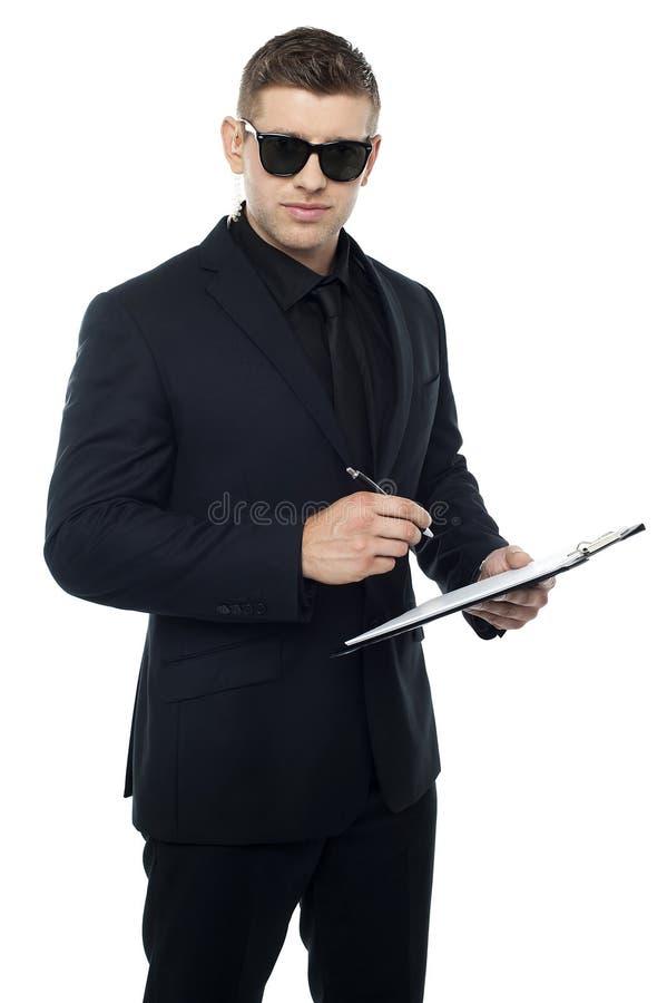 Writing för säkerhetstjänsteman på clipboarden royaltyfria bilder