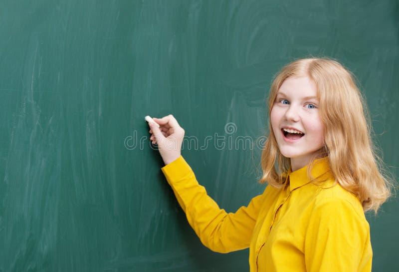 writing för tabell för schoolgirl för multiplikation för blackboardhjärtakurs arkivfoto