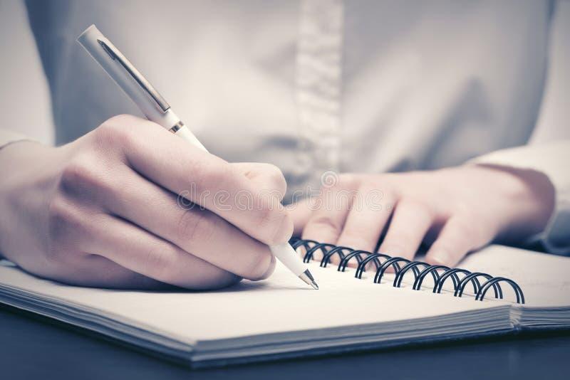 writing f?r aff?rsanteckningsbokkvinna royaltyfria foton